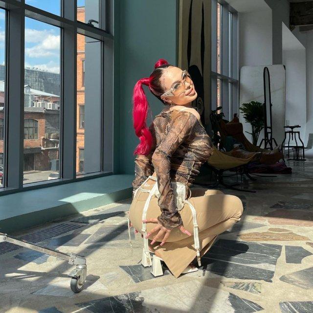 Скандальная рэп-исполнительница Инстасамка (Instasamka) демонстрирует попу
