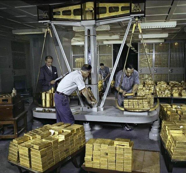 """""""Золотые весы"""" в Федеральном резервном банке Нью-Йорка, 1959 год."""