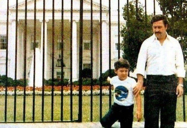 Пабло Эскобар у Белого дома с сыном, 1981 год.