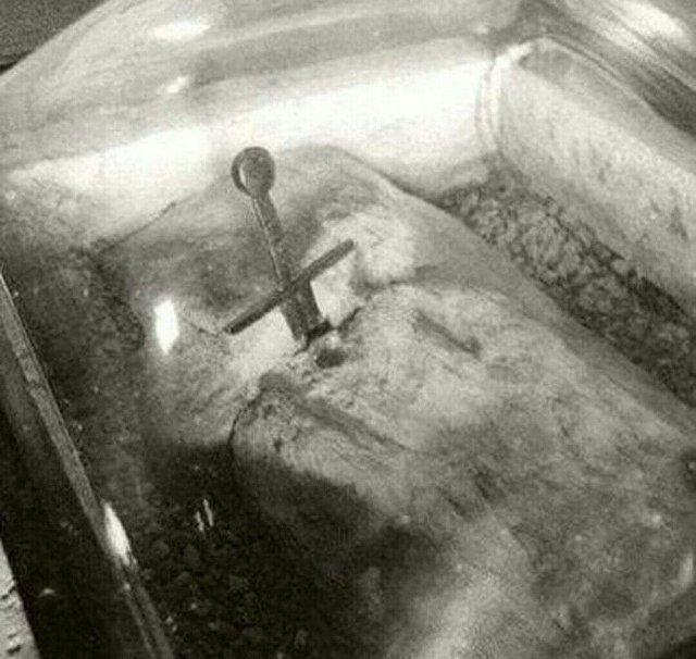 Легендарный меч в камне, который считают источником легенды о короле Артуре, существует. Находиться в Италии, в Тоскане.