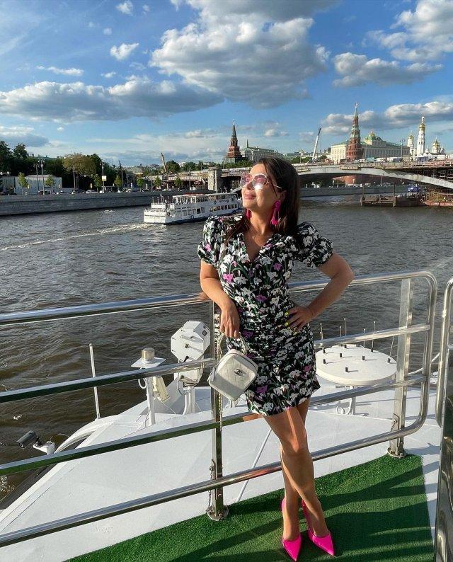Певица Наташа Королева в цветном платье на кораблике в Москве