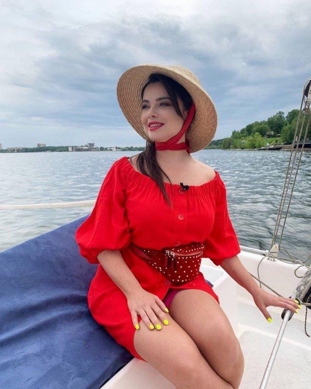 Певица Наташа Королева в красном платье на яхте