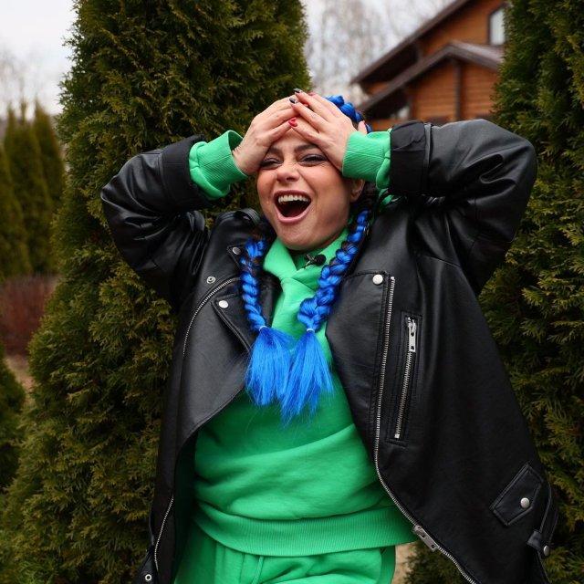 Певица Наташа Королева в кожаной куртке