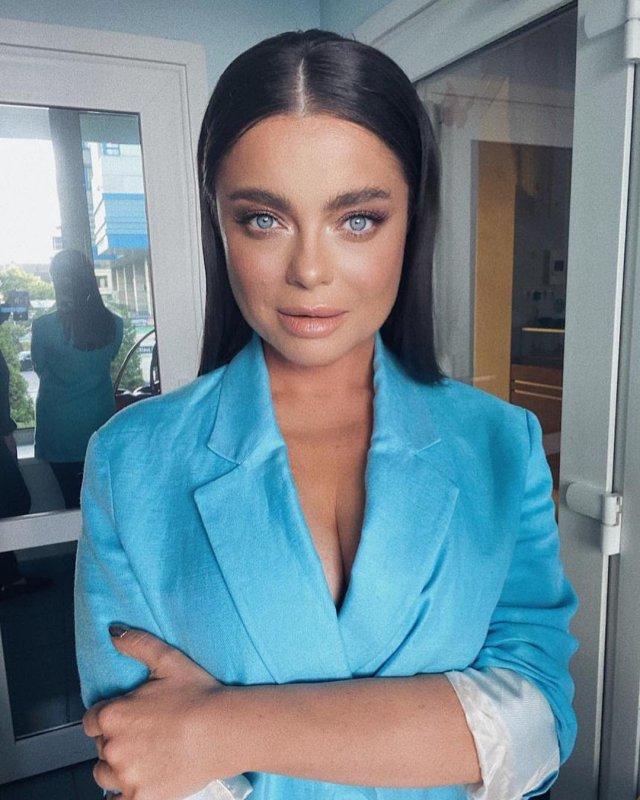 Певица Наташа Королева в синем пиджаке с декольте