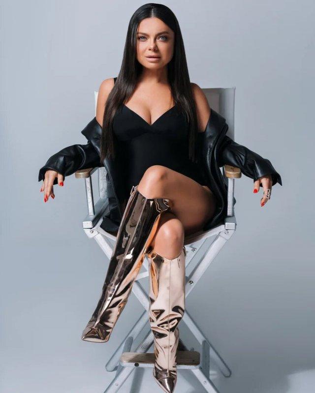 Певица Наташа Королева в черном топе