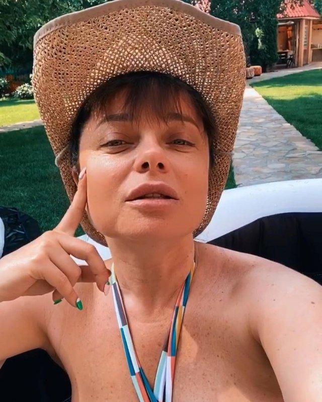 Певица Наташа Королева в шляпе и купальнике