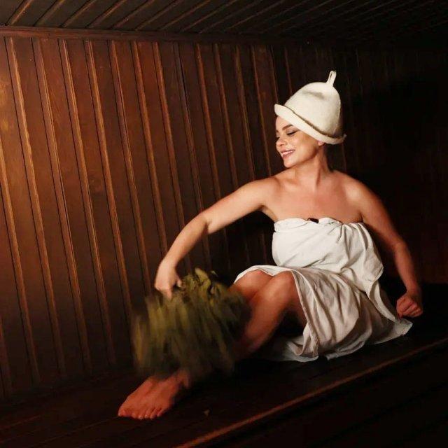 Певица Наташа Королева в банном халате