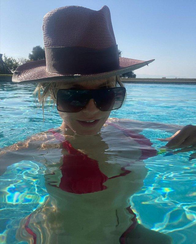Хайди Клум в красном купальнике
