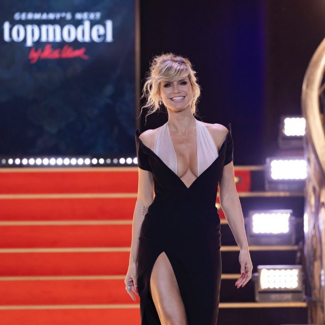 Хайди Клум в черном платье с декольте