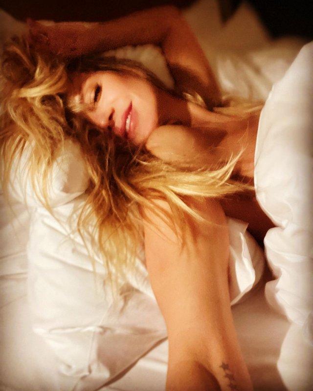 Хайди Клум голая на кровати