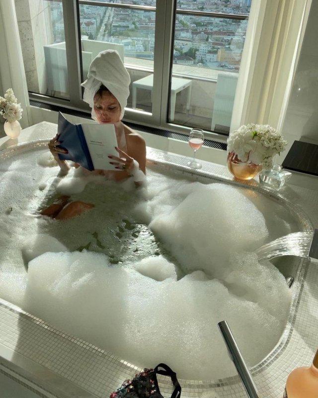 Хайди Клум моется в ванной