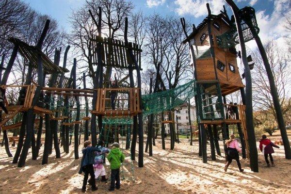 Для новой детской площадки использовали уже растущие там деревья