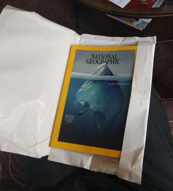 Экземпляр журнала National Geographic упакован в бумагу, а не в пластик