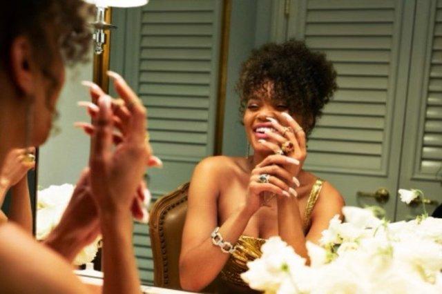 Андре Дэй - новая девушка Брэда Питта смотрит в зеркало