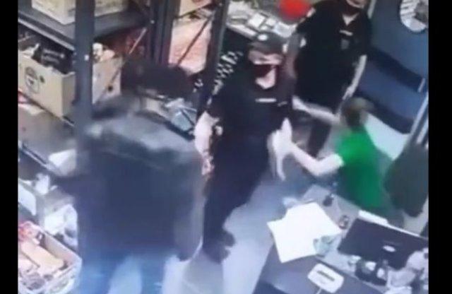 Агрессивная кассирша забрала дубинку у полицейского и накинулась на мужчину