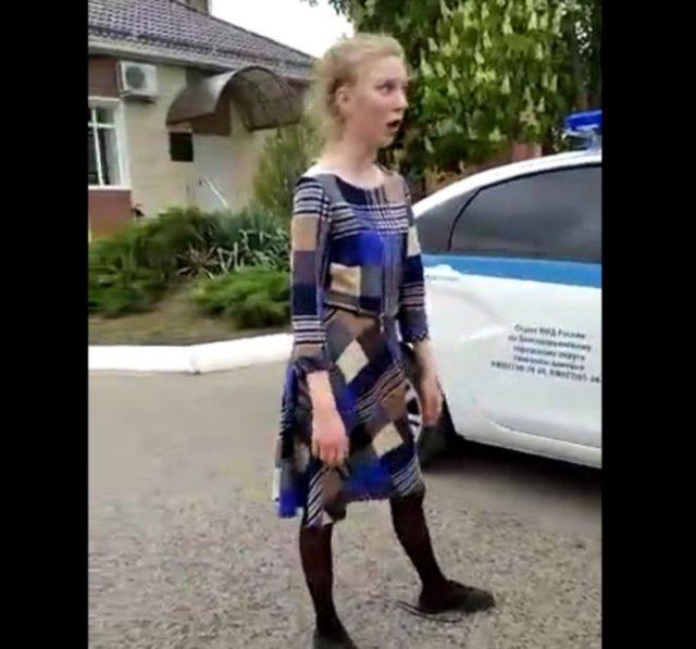 Полицейские задержали неадекватную девушку, которая очень странно себя вела