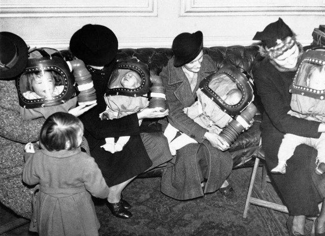 Матери с детьми в аппаратах искусственного дыхания, предназначенных для защиты от ядовитого газа. Ратуша Holborn, Лондон, Великобритания, 3   марта 1939 г.