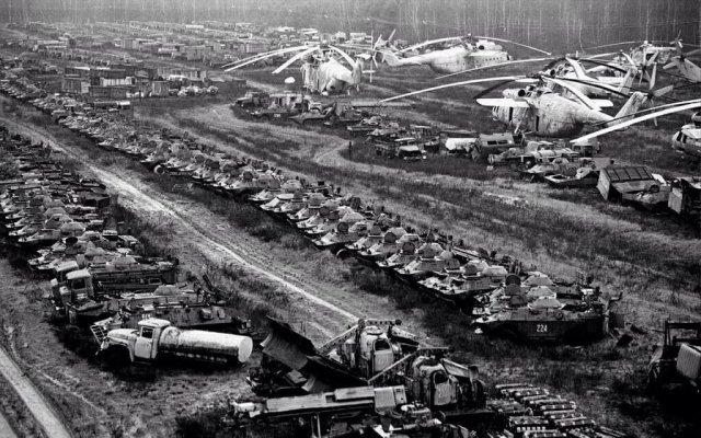 Кладбище радиоактивной техники в Чернобыле, 1986 год.