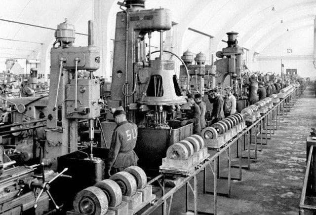 Советские военнопленные работают на заводе БМВ (BMW) в Мюнхене. На спинах обозначение «SU» (Sowjetunion) — «Советский Союз».