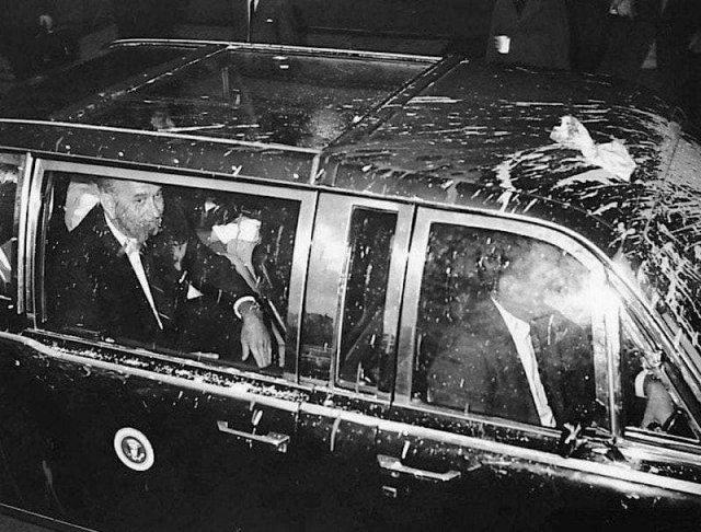 Лимузин президента США Линдона Джонсона, забросанный пакетами с краской во время протестов против войны во Вьетнаме, 1966 год.