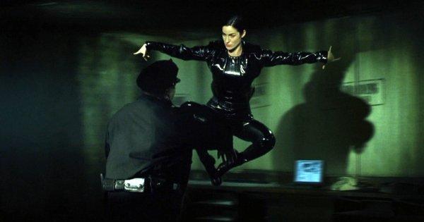 Начальная сцена в «Матрице» (1999)