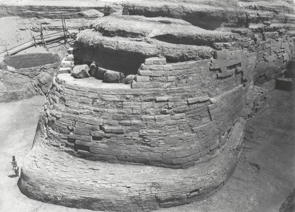 Хвост Большого Сфинкса — внизу слева можно увидеть человека