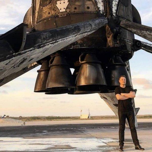Falcon 9 после приземления и Илон Маск на его фоне