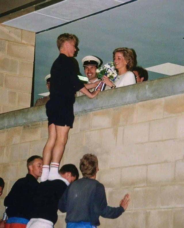 Парень с помощью друзей дарит цветы принцессе Диане, 1989 год