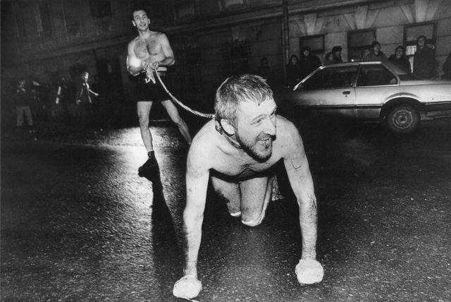 Перфоманс Олега Кулика, где он исполняет роль бешенного пса. Москва. 1994 год