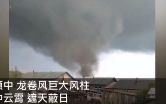 В китайской провинции Хэйлунцзян сняли огромный торнадо, унесший жизни нескольких человек