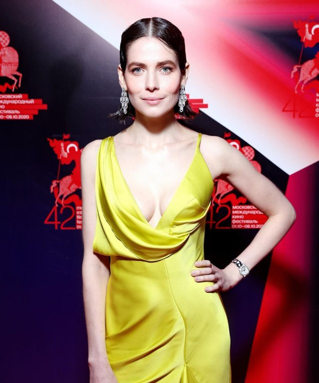 """Юлия Снигирь: звезда """"Обитаемого острова"""" и самая известная актриса в Голливуде в желтом платье"""