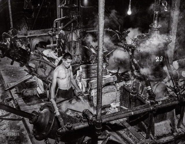 Одна из машин, перемалывающих древесину в целлюлозу на бумажной фабрике Mississquoi Corporation в Шелдон-Спрингс, Вермонт. Сентябрь 1941 года.