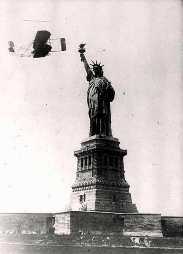 4 октября 1909 во время празднеств в Нью-Йорке Уилбер Райт (Wilbur Wright ) совершил 33 минутный полет над городом, облетев вокруг Статуи Свободы.