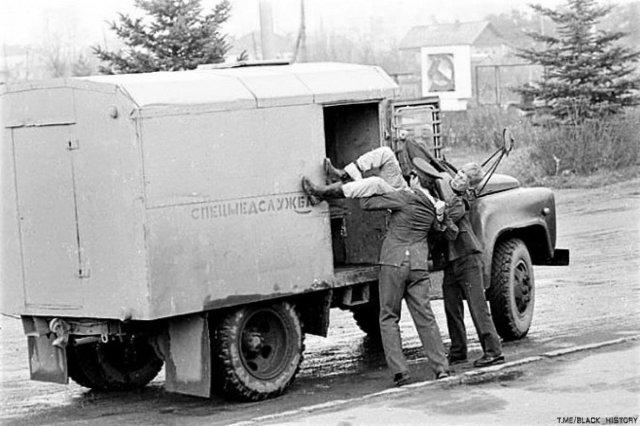 Милиционеры грузят нетрезвого гражданина в автомобиль спецмедслужбы для доставки в вытрезвитель, СССР, 1970-е.