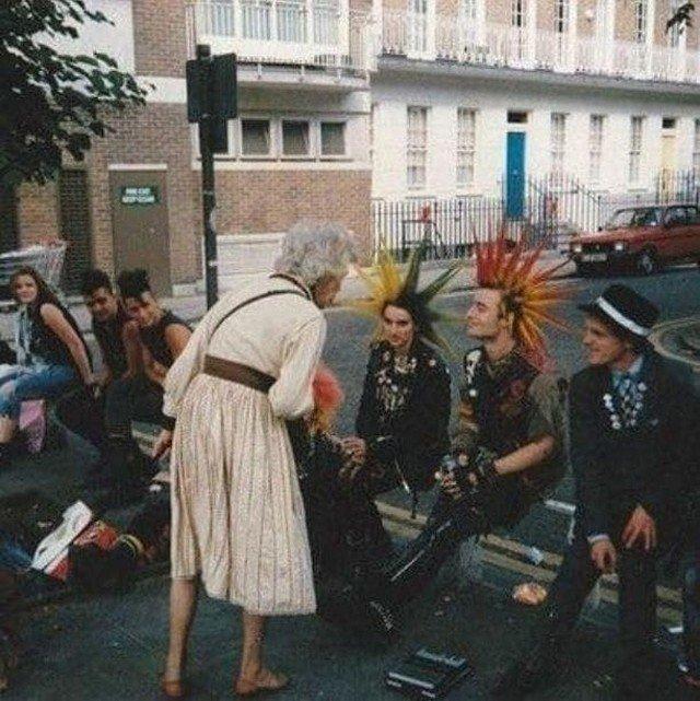 Панки Лондона и удивленная бабуля, 1982 год.