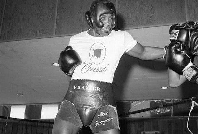 Джо Фрейзер (1944-2011) выиграл Олимпиаду 1964 года, а потом стал первым абсолютным чемпионом мира. Нанес первое поражение Мохаммеду Али, на многие годы превратившись в его заклятого врага.