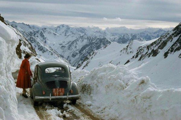 Женщина остановилась, чтобы посмотреть на заснеженный горный перевал в Пиренеях, Франция, 1956 год