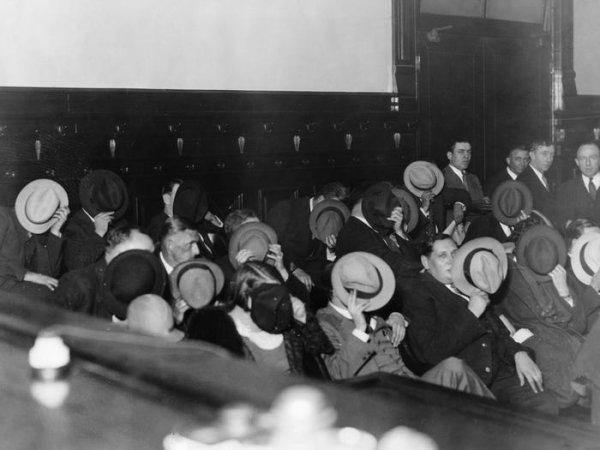 Гангстеры прячут лица на суде над Аль Капоне, 1931 год