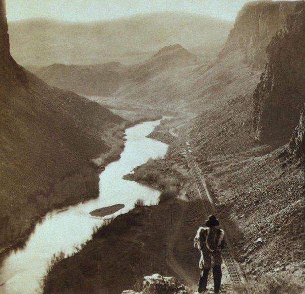Коренной американец смотрит на недавно построенную трансконтинентальную железную дорогу в Неваде, 1869 год