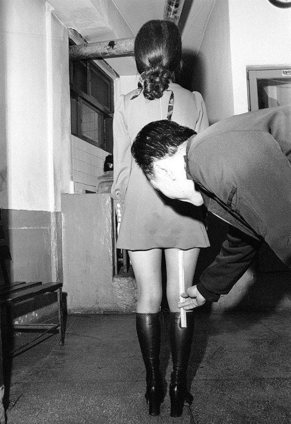 Офицер полиции Южной Кореи измеряет длину женской юбки, 1970-е годы