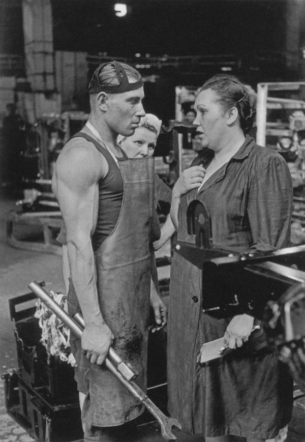 Рабочий и начальница завода, Москва, 1954 год