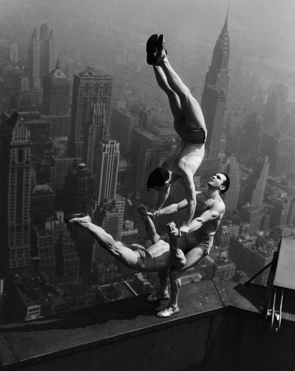 Акробаты Джарли Смит, Джуэлл Ваддек и Джимми Керриган балансируют на выступе Эмпайр-стейт-билдинг, 1934 год