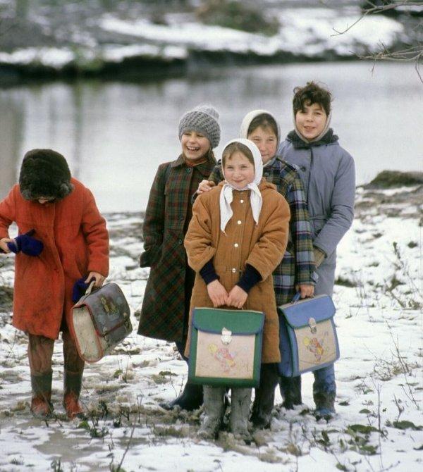Школьники идут домой после уроков