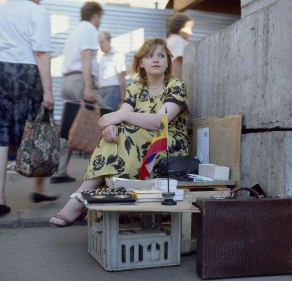 Женщина торгует на улице