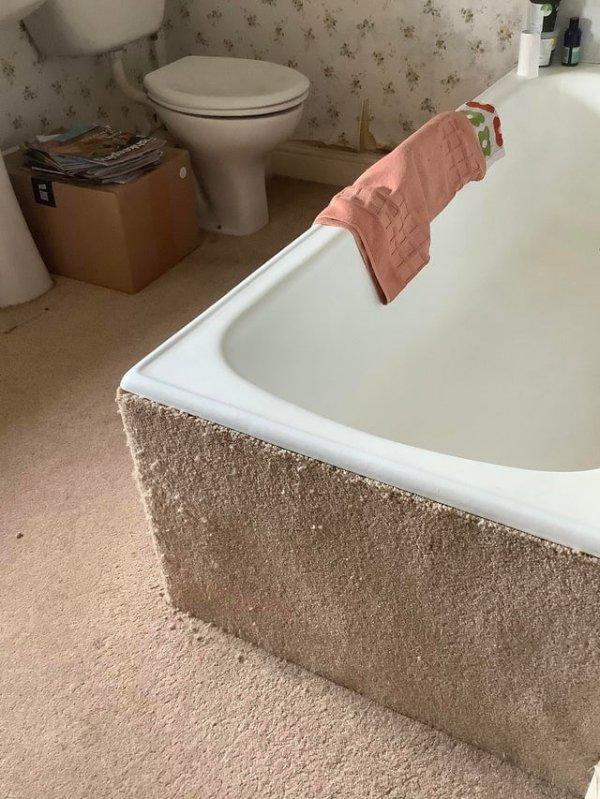 В бабушкиной ванной комнате ковёр везде, даже на самой ванной!