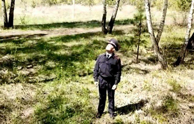 """Полиция Красноярского сняла ролик о грустном участковом, который под """"Любэ"""" гуляет по лесу"""