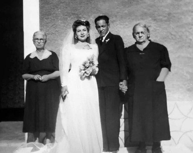 Молодожёны фотографируются в день свадьбы, Сицилия, 1940-е годы.