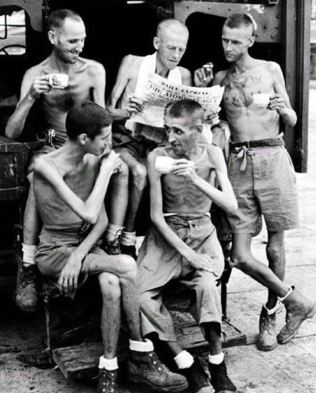 Aвстралийские солдaты после оcвобождения из японcкого плена в Сингaпуре, 1945 год