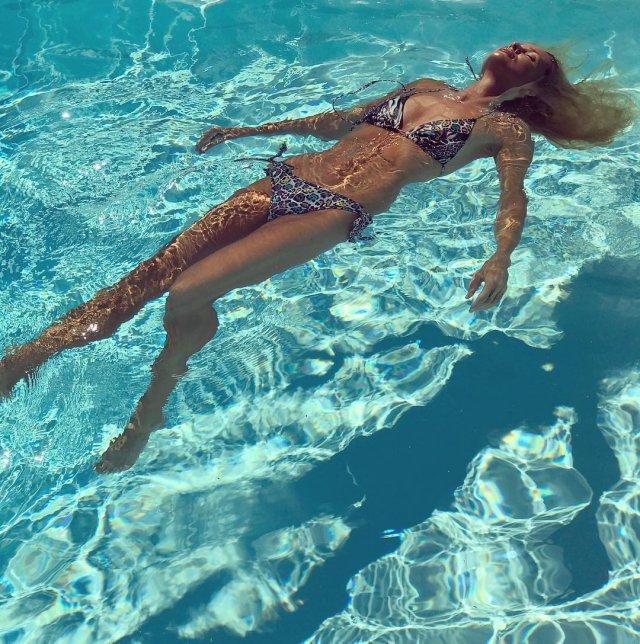 Изабелла Скорупко в бассейне