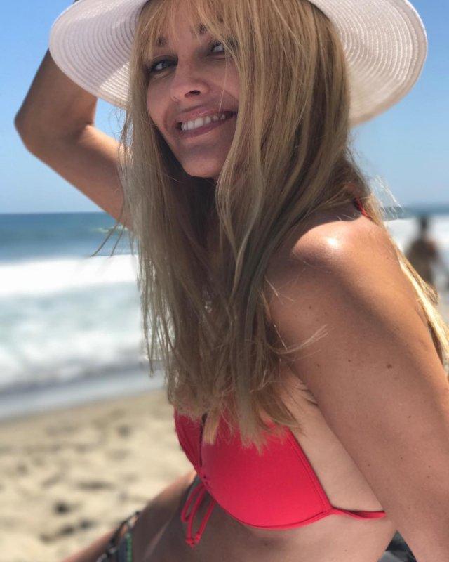 Изабелла Скорупко в красном купальнике